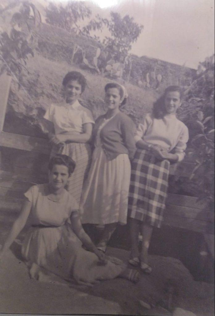 Carmen a arriba a la izquierda, junto a sus cuñadas durante la juventud