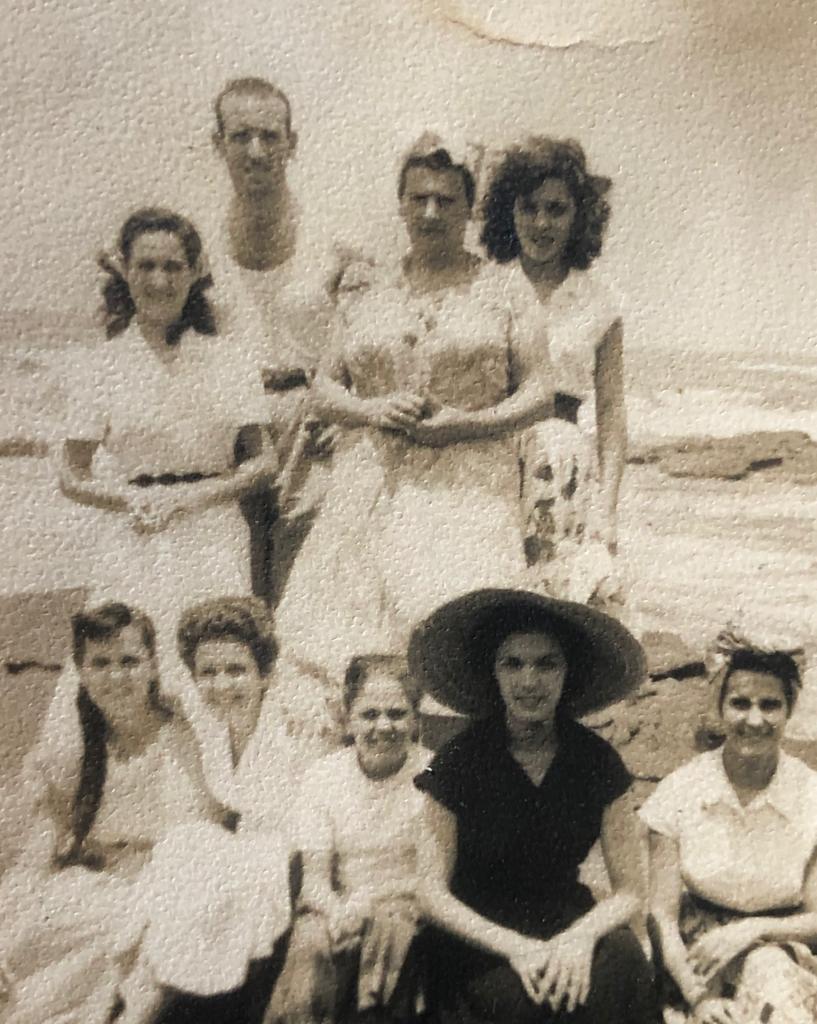 Carmen con pamela en la playa junto a familiares y amigos